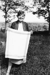 Ria Wägner vid första årsmötet med handvävd handduk med EW-monogram