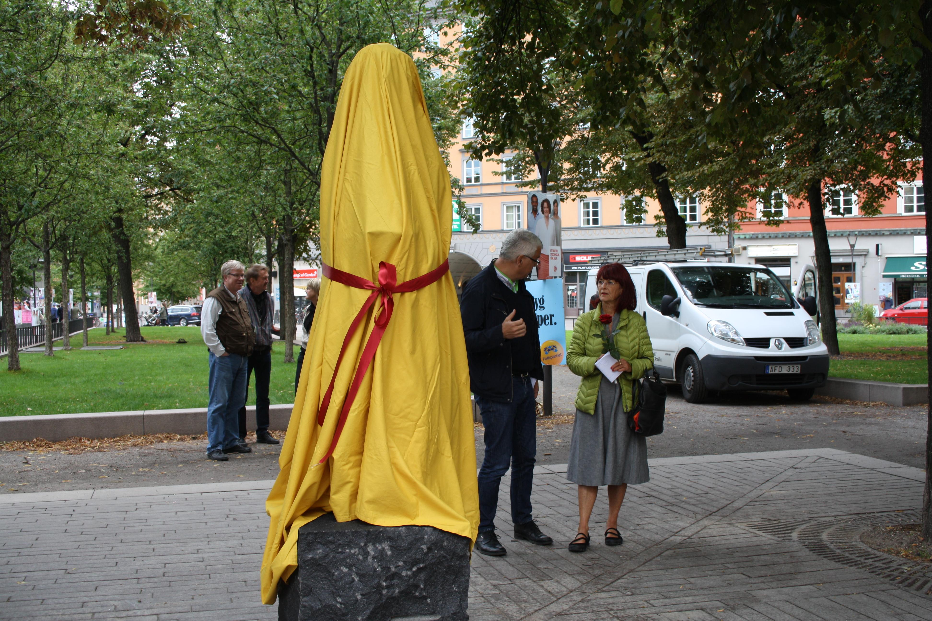 Statyn i väntan på avtäckning