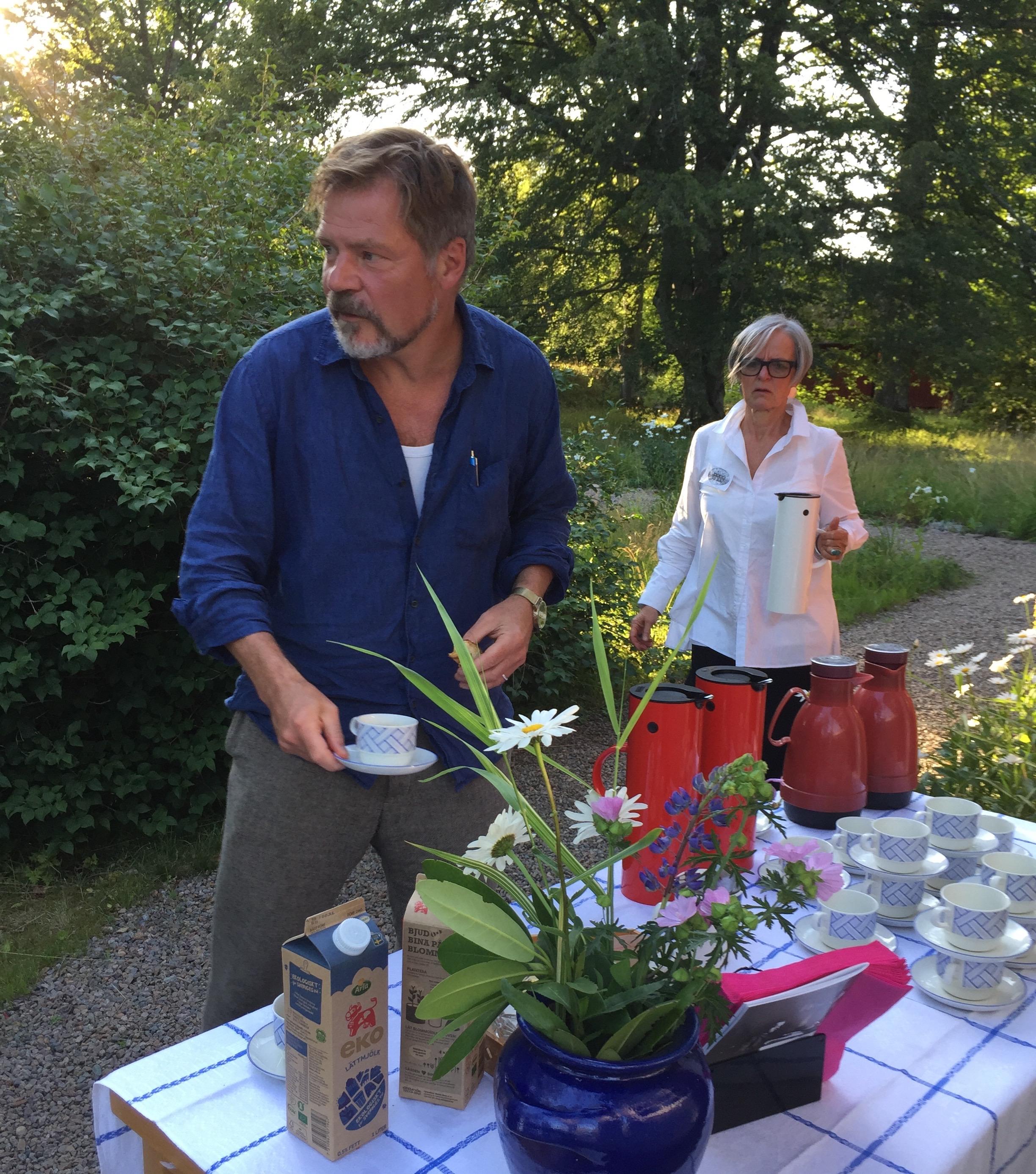 Kristoffer i trädgården vid fikat efter föreläsningen.