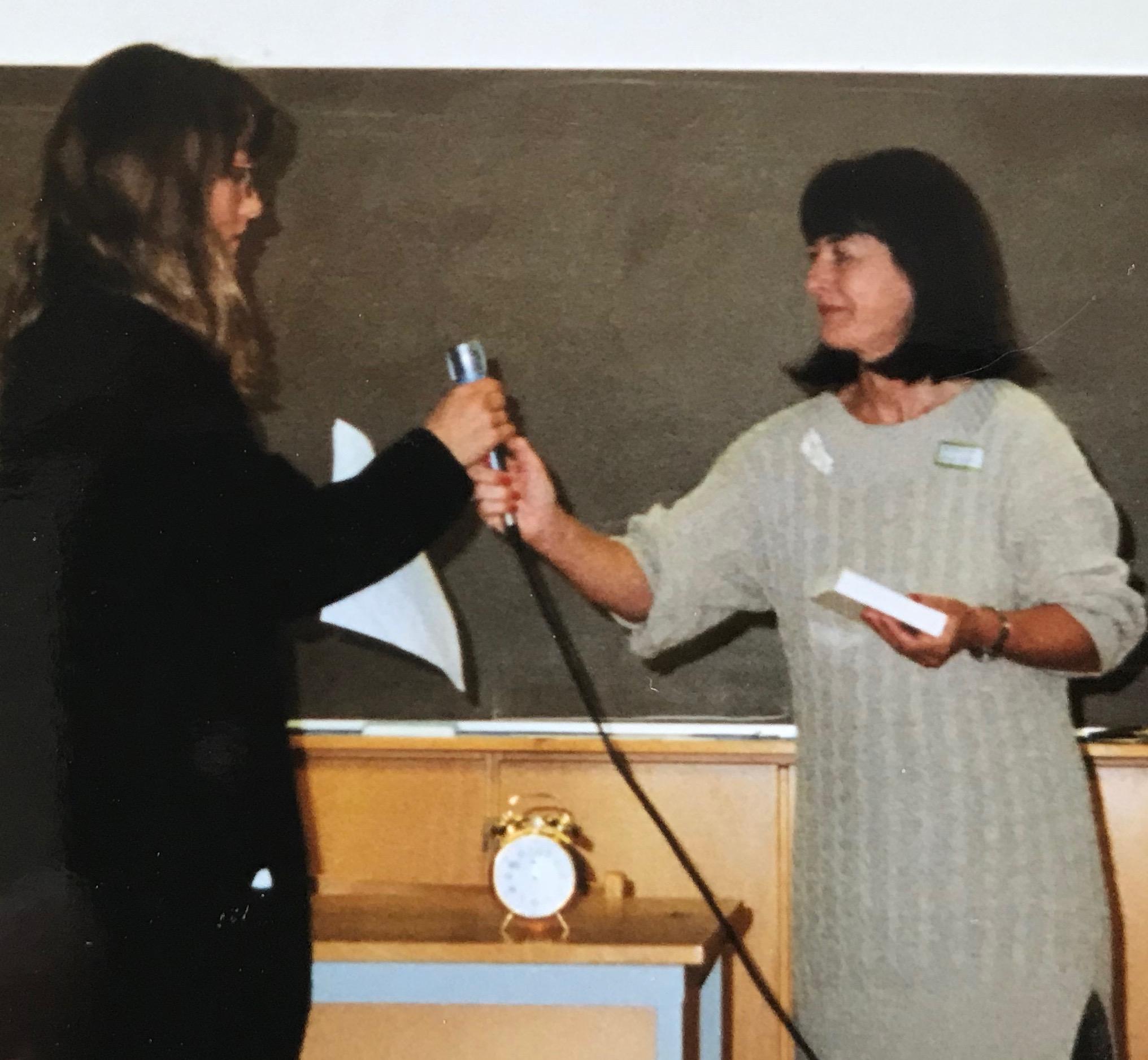 Marianne Enge överlämnar väckarklockepriset till Ann Frisell från tidskriften BANG
